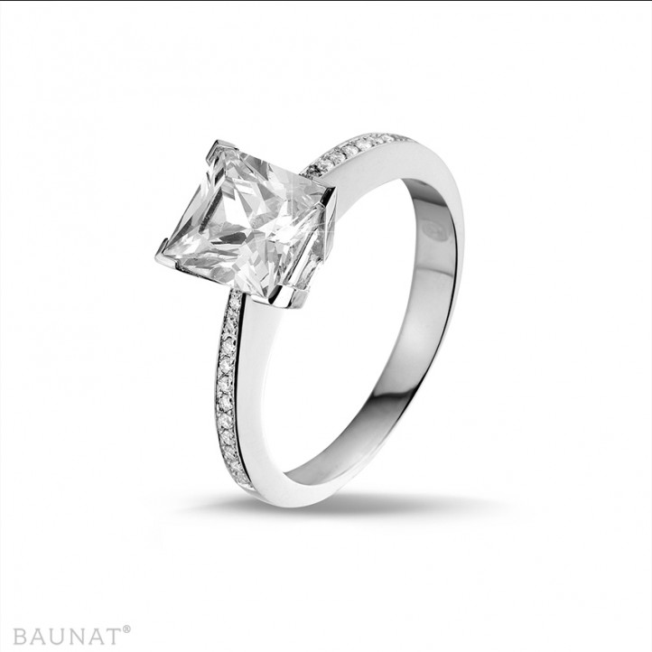 2.00 carat bague solitaire en or blanc avec diamant princesse et diamants sur les côtés