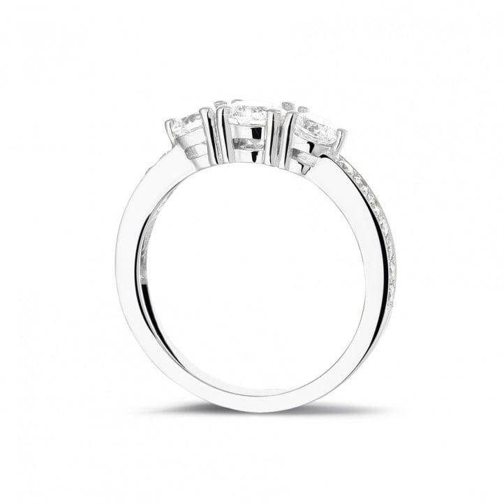 1.10 carat bague trilogie en or blanc avec diamants sur les côtés