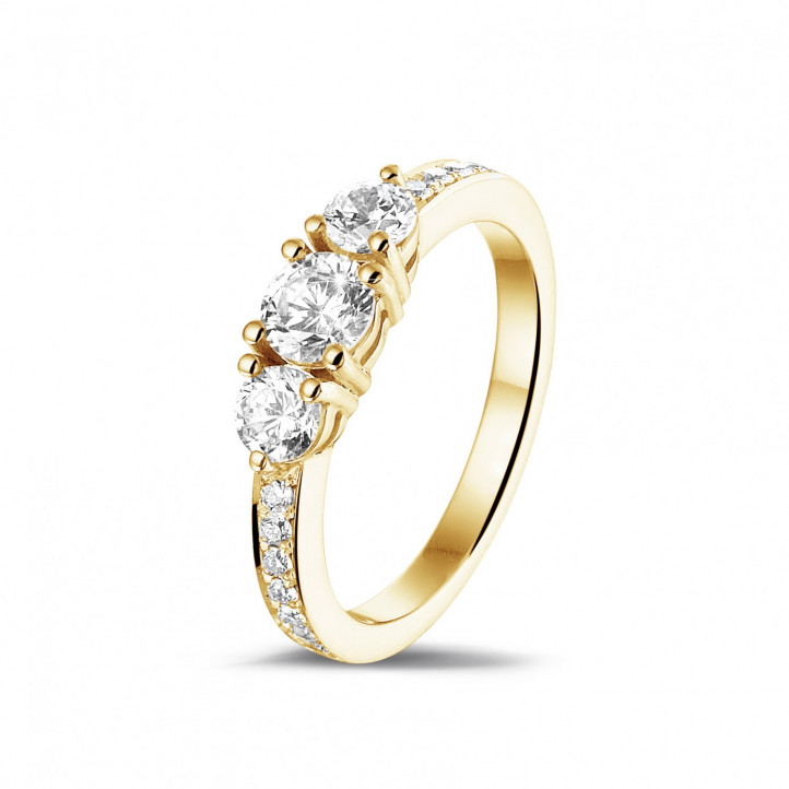 1.10 carat bague trilogie en or jaune avec diamants sur les côtés