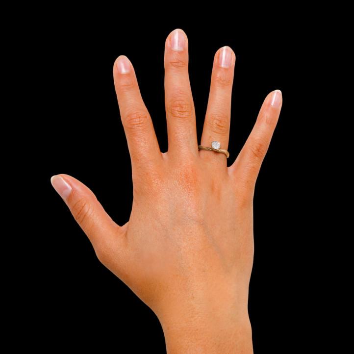 0.12 carat bague design en or rouge et diamants