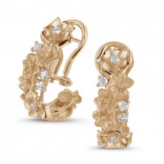 - 0.50 carats boucles d'oreilles design fleurs en or rouge avec diamants