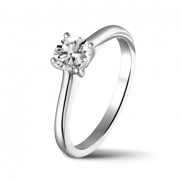 0.50 carats bague solitaire en or blanc avec un diamant rond et quatre griffes