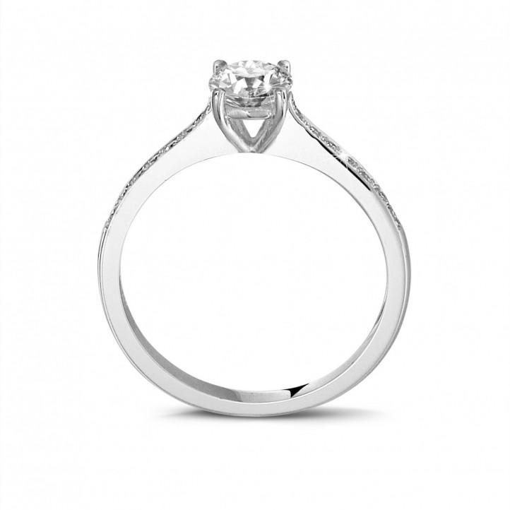 0.50 carats bague solitaire en or blanc avec quatre griffes et diamants sur les côtés