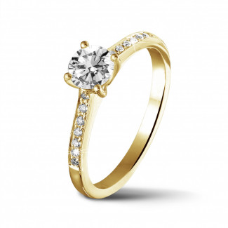 Fiançailles - 0.50 carats bague solitaire en or jaune avec quatre griffes et diamants sur les côtés
