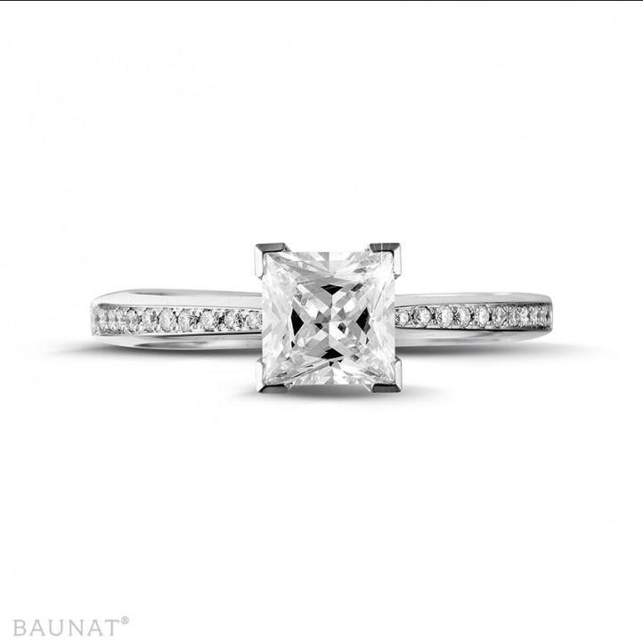 1.25 carat bague solitaire en or blanc avec diamant princesse et diamants sur les côtés