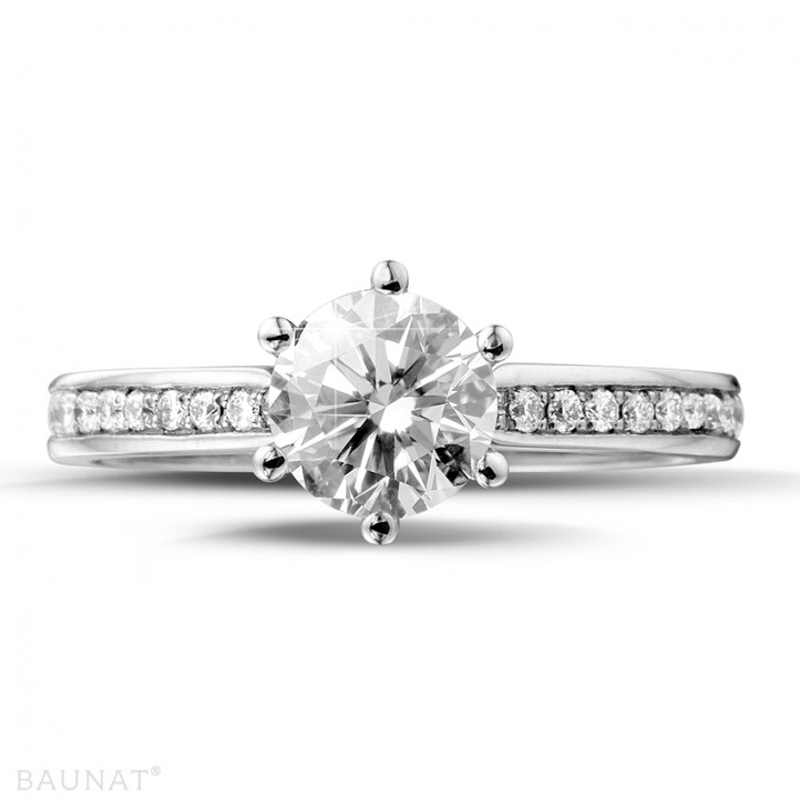 0.90 carats bague solitaire diamant en or blanc avec diamants sur les côtés