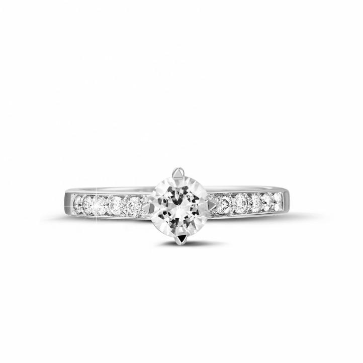 0.50 克拉鉑金單鑽戒指- 戒托群鑲小鑽