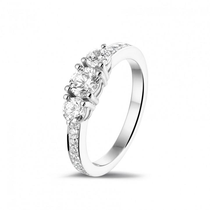 愛情三部曲 1.10 克拉三鑽白金戒指-戒托群鑲小鑽