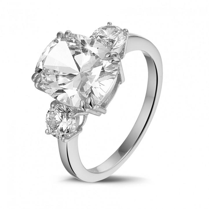 三鑽白金枕形鑽石戒指(鑲嵌枕形鑽石和圓形鑽石)