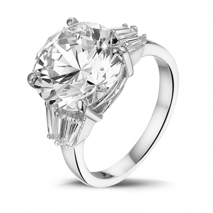 三鑽白金圓鑽戒指(鑲嵌無色圓鑽和尖階梯形鑽石)