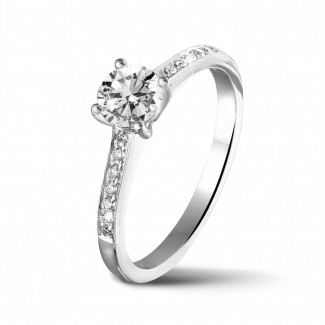 鑽石求婚戒指 - 0.50 克拉四爪白金單鑽戒指 - 戒托群鑲小鑽