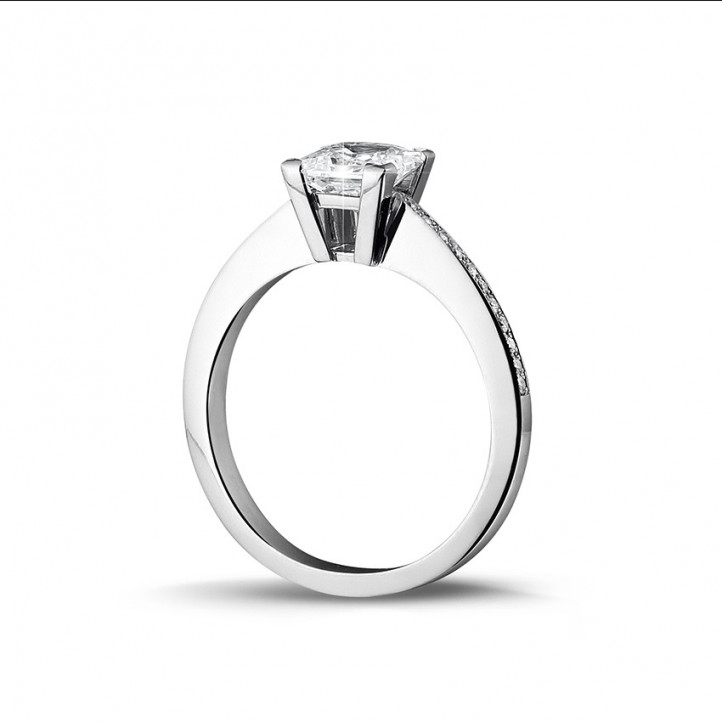 1.50 カラットのプリンセスダイヤモンドとサイドダイヤモンド付きホワイトゴールドソリテールリング