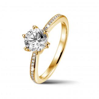 リング - BAUNATアイコニック・ソリテール・リング、イエローゴールド、サイドダイヤモンドと1.00カラットのラウンドダイヤモンド付き