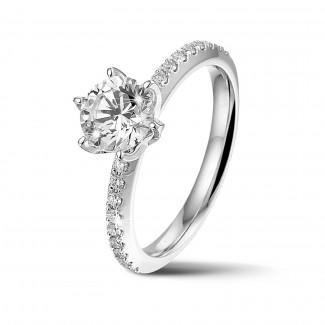 リング - BAUNATアイコニック・ソリテール・リング、ホワイトゴールド、サイドダイヤモンドと1.00カラットのラウンドダイヤモンド付き