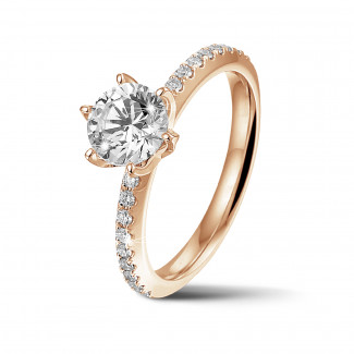 リング - BAUNATアイコニック・ソリテール・リング、レッドゴールド、サイドダイヤモンドと1.00カラットのラウンドダイヤモンド付き