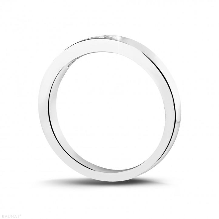 0.30 カラットのプリンセスダイヤモンド付きプラチナエタニティリング