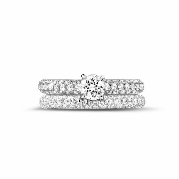 0.50カラットのセンターダイヤモンドと小さなダイヤモンド付きマッチングホワイトゴールドダイヤモンドエンゲージリングとウェディングリング