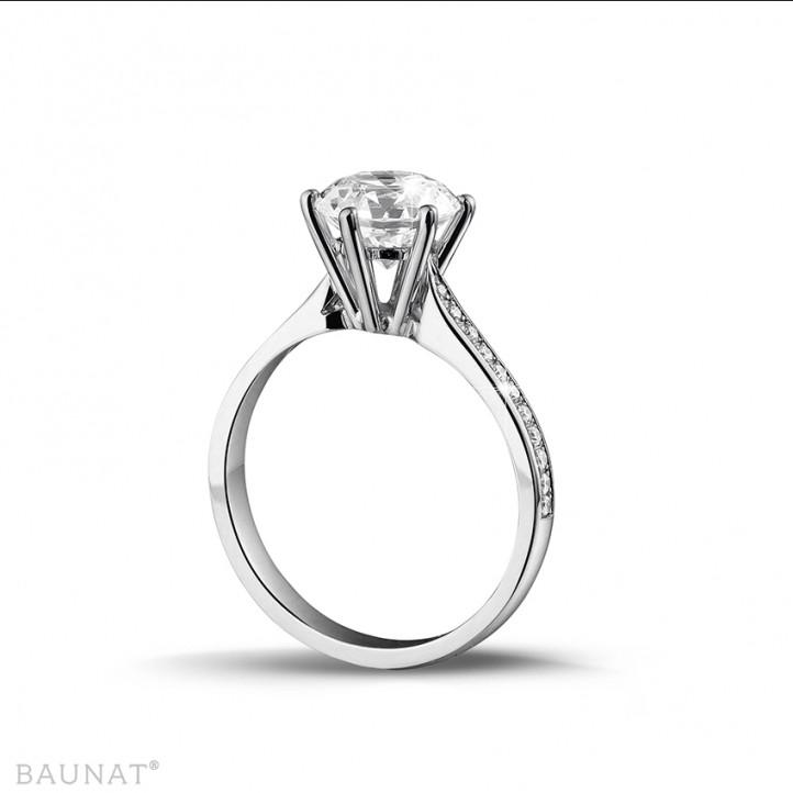 2.00 カラットのサイドダイヤモンド付きホワイトゴールドソリテールダイヤモンドリング