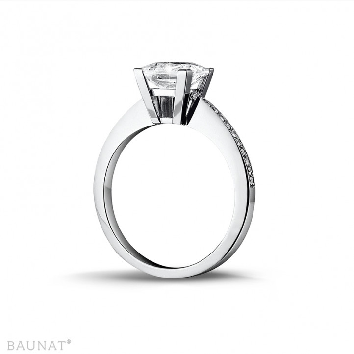 2.00 カラットのプリンセスダイヤモンドとサイドダイヤモンド付きホワイトゴールドソリテールリング