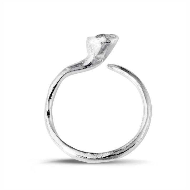 0.12 カラットのホワイトゴールドダイヤモンドデザインリング