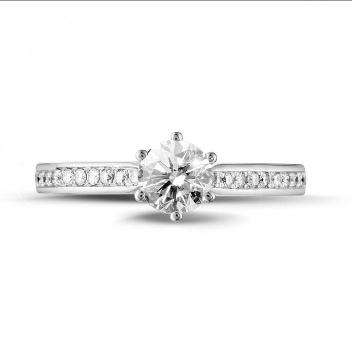 0.50 カラットのサイドダイヤモンド付きプラチナソリテールダイヤモンドリング