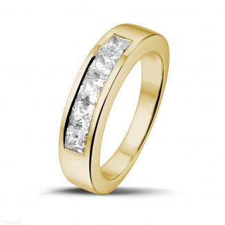 - 1.35 カラットのプリンセスダイヤモンド付きイエローゴールドエタニティリング