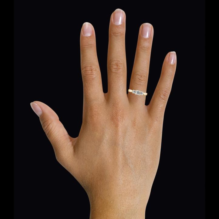 0.70 カラットのプリンセスダイヤモンド付きイエローゴールドトリロジーリング