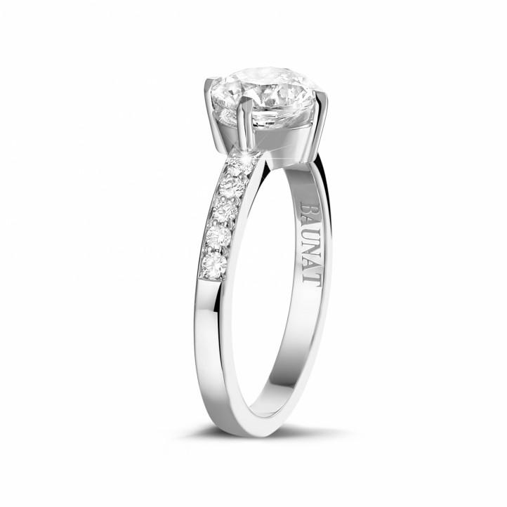 1.20 カラットのサイドダイヤモンド付きホワイトゴールドソリテールダイヤモンドリング