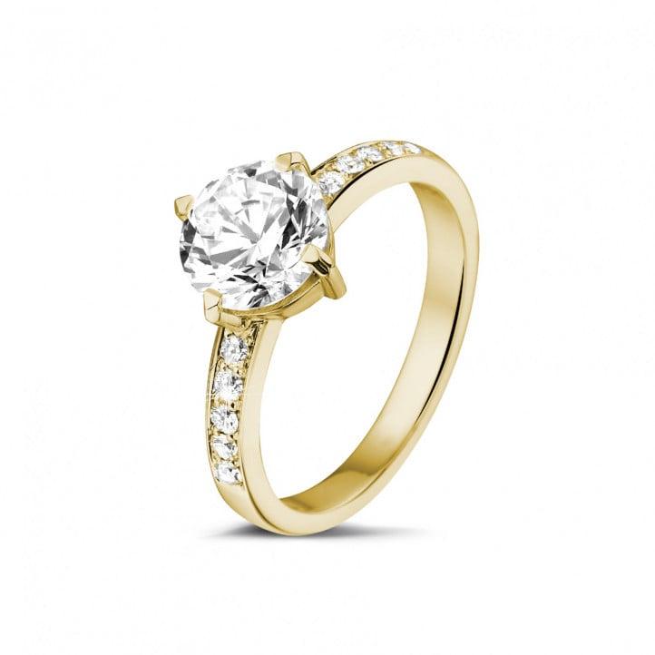 1.50 カラットのサイドダイヤモンド付きイエローゴールドソリテールダイヤモンドリング