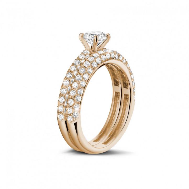 0.70カラットのセンターダイヤモンドと小さなダイヤモンド付きマッチングピンクゴールドダイヤモンドエンゲージリングとウェディングリング