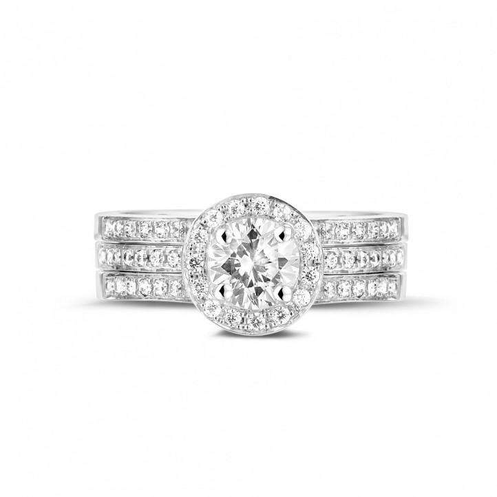 0.70 カラットのサイドダイヤモンド付きプラチナソリテールダイヤモンドリング