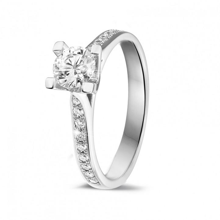 0.50 カラットのサイドダイヤモンド付きホワイトゴールドソリテールダイヤモンドリング