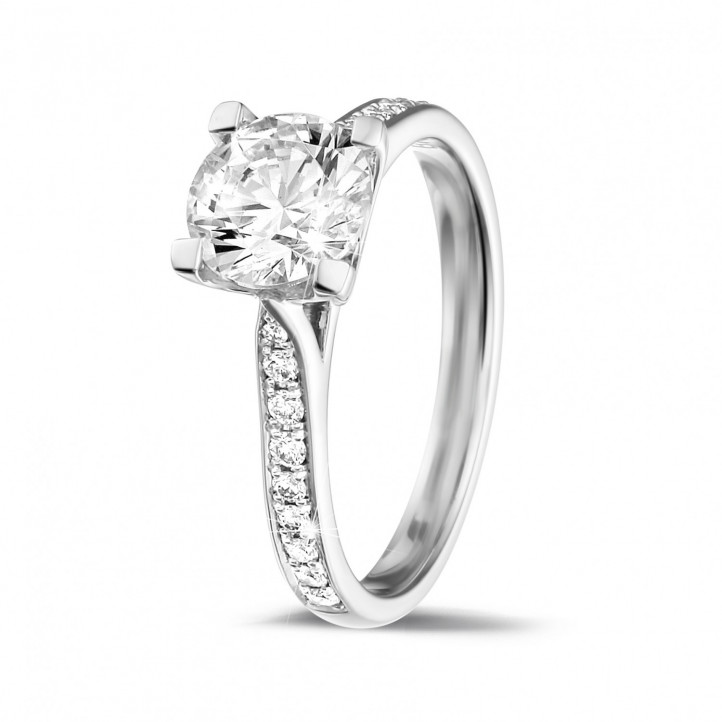 1.25 カラットのサイドダイヤモンド付きホワイトゴールドソリテールダイヤモンドリング