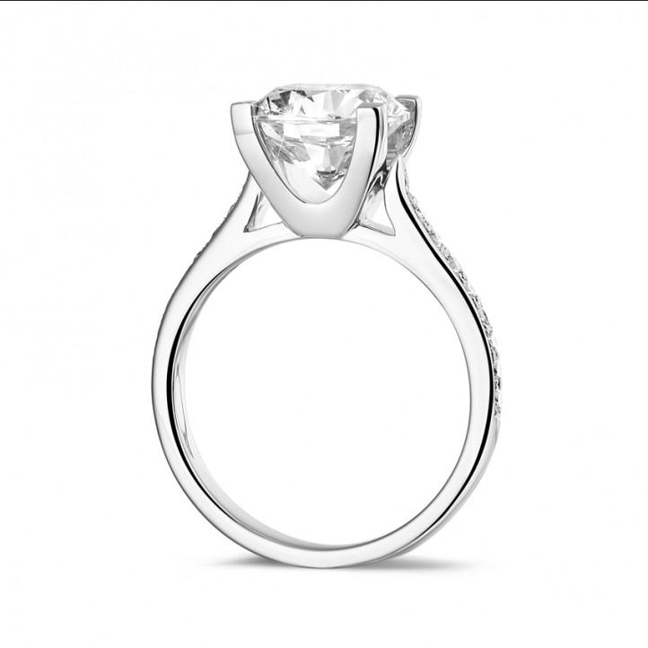 2.50 カラットのサイドダイヤモンド付きホワイトゴールドソリテールダイヤモンドリング