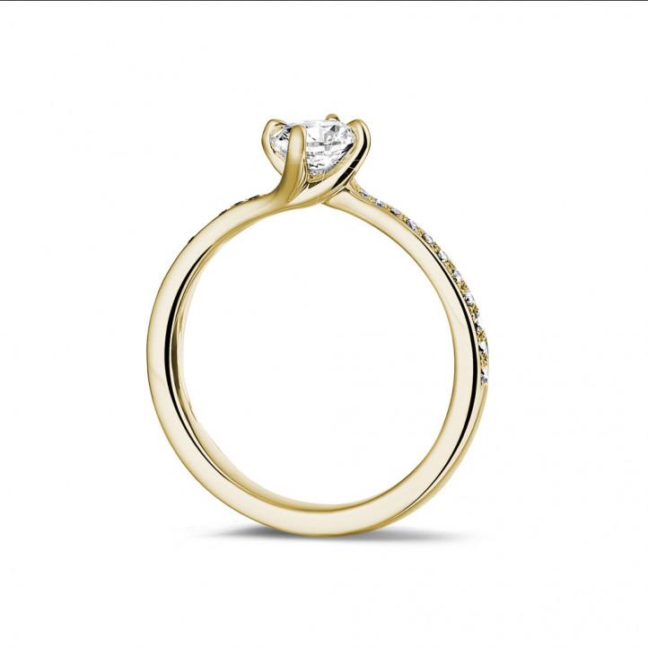 0.50 カラットのサイドダイヤモンド付きイエローゴールドソリテールダイヤモンドリング