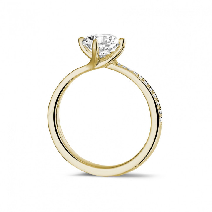 1.25 カラットのサイドダイヤモンド付きイエローゴールドソリテールダイヤモンドリング