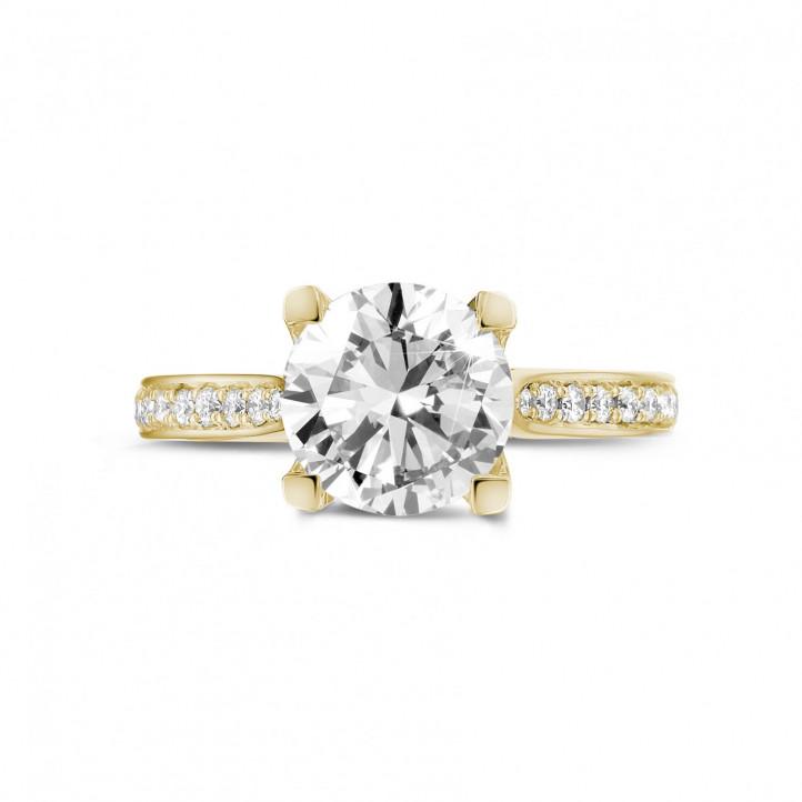 2.00 カラットのサイドダイヤモンド付きイエローゴールドソリテールダイヤモンドリング