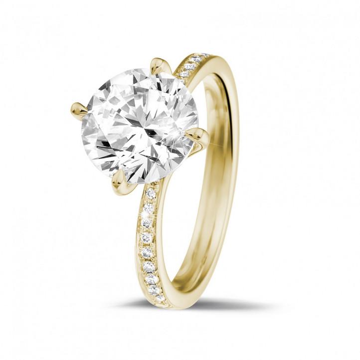 2.50 カラットのサイドダイヤモンド付きイエローゴールドソリテールダイヤモンドリング
