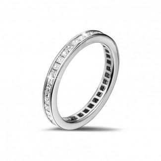 ホワイトゴールドダイヤモンドリング - 0.90 カラットの小さなプリンセスダイヤモンド付きホワイトゴールドエタニティリング (フルセット)