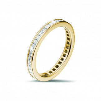 女性の結婚指輪 - 0.90 カラットの小さなプリンセスダイヤモンド付きイエローゴールドエタニティリング (フルセット)