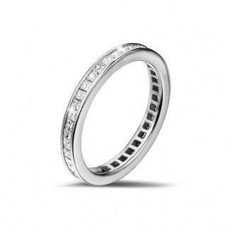 女性の結婚指輪 - 0.90 カラットの小さなプリンセスダイヤモンド付きプラチナエタニティリング (フルセット)