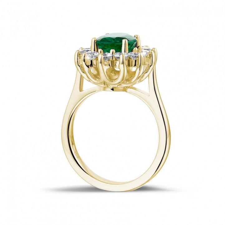 オーバルエメラルドとラウンドダイヤモンド付きイエローゴールド取り巻きリング
