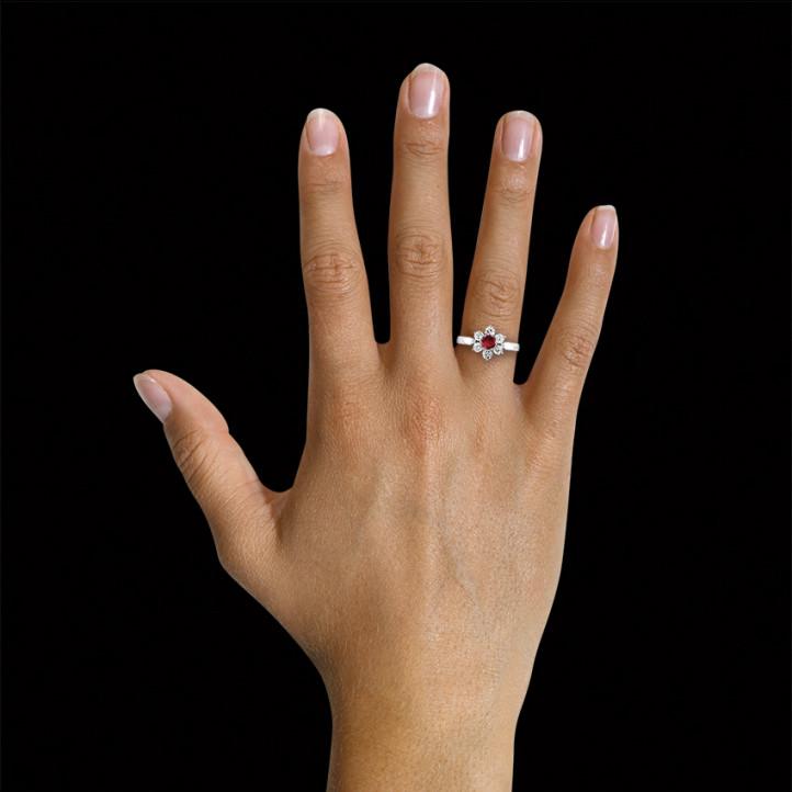 ラウンドルビーとサイドダイヤモンド付きホワイトゴールドフラワーリング