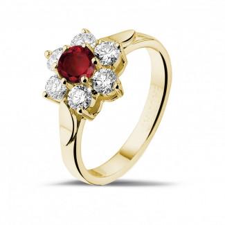 イエローゴールドダイヤモンドエンゲージリング - ラウンドルビーとサイドダイヤモンド付きイエローゴールドフラワーリング