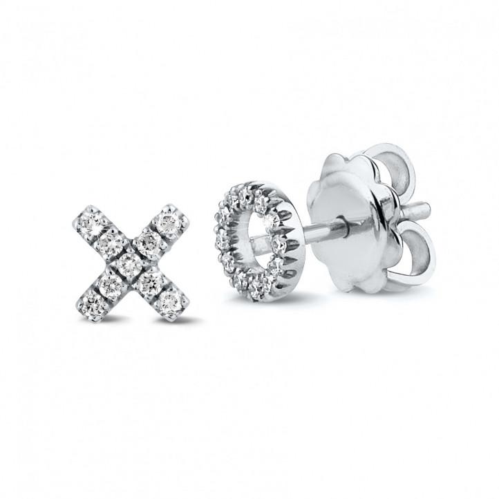 小さなダイヤモンド付きホワイトゴールドXOイアリング