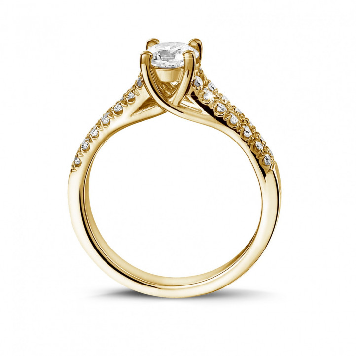 0.50 カラットのサイドダイヤモンド付きイエローゴールドソリテールリング