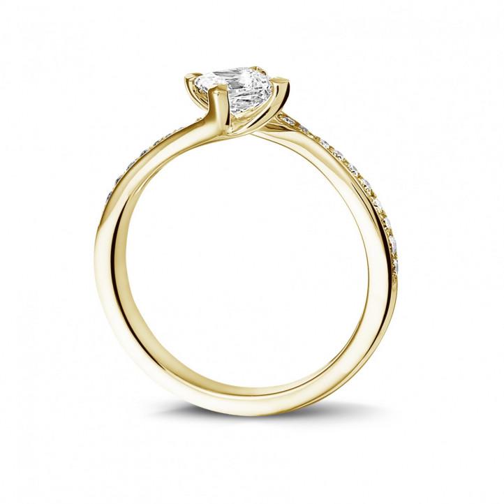 0.50 カラットのプリンセスダイヤモンドとサイドダイヤモンド付きイエローゴールドソリテールリング