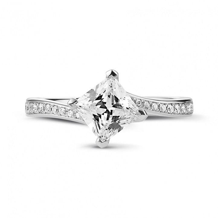 1.00 カラットのプリンセスダイヤモンドとサイドダイヤモンド付きホワイトゴールドソリテールリング