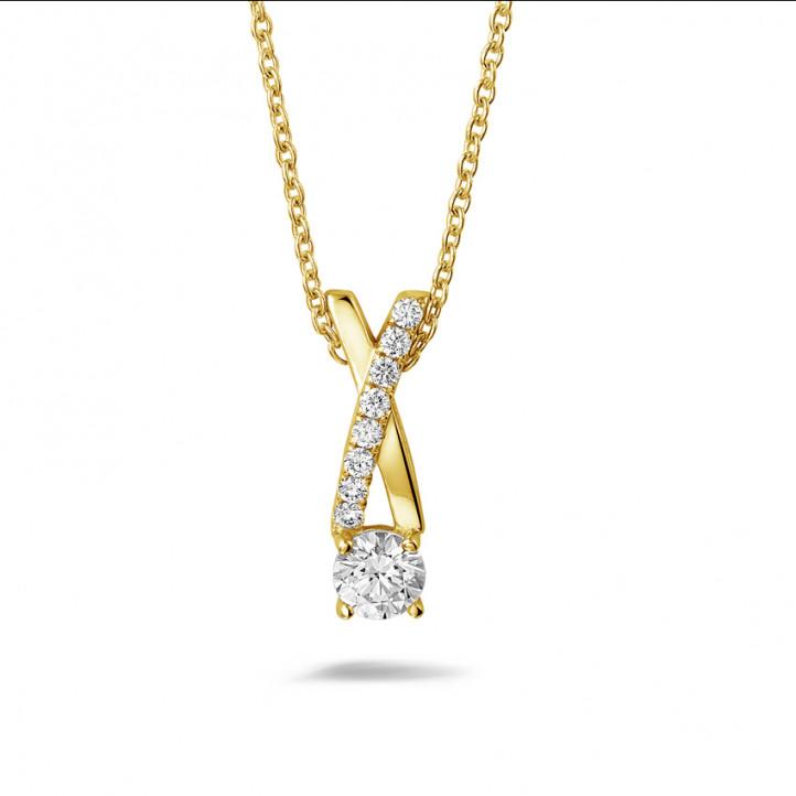 0.50 カラットのイエローゴールドダイヤモンドクロスペンダント