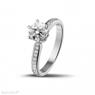 ホワイトゴールドダイヤモンドリング - 1.00 カラットのサイドダイヤモンド付きホワイトゴールドソリテールダイヤモンドリング